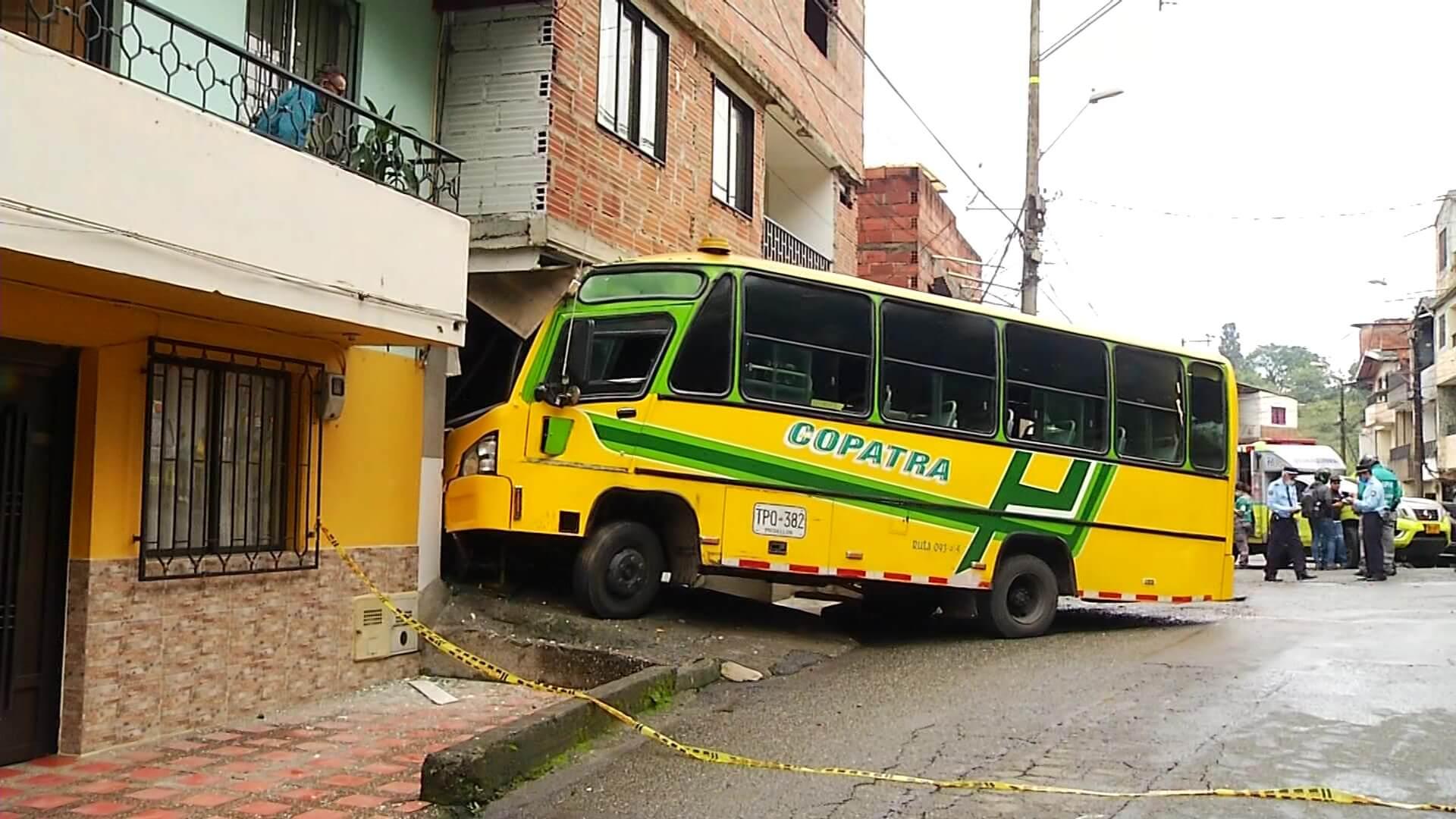 16 personas lesionadas en choque de bus en Enciso