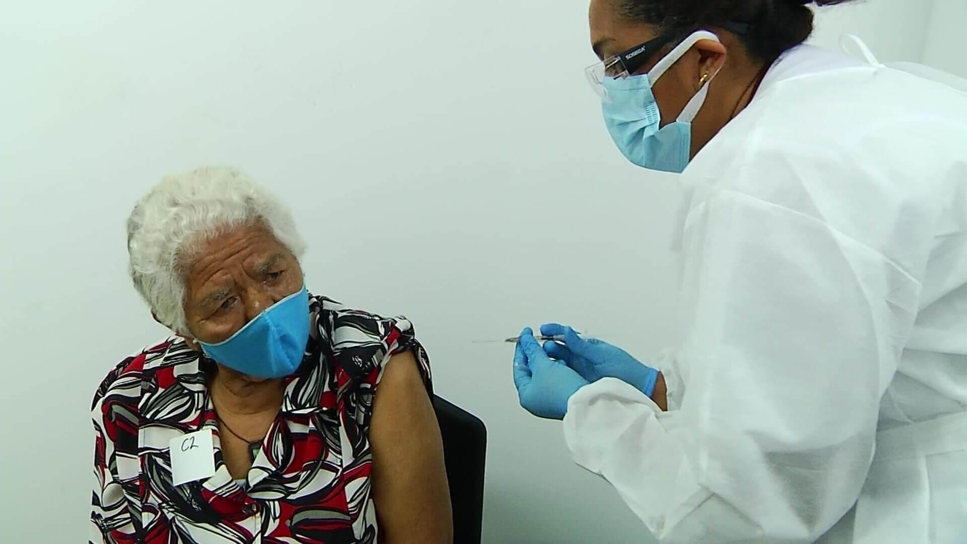 Inician vacunación masiva de adultos mayores