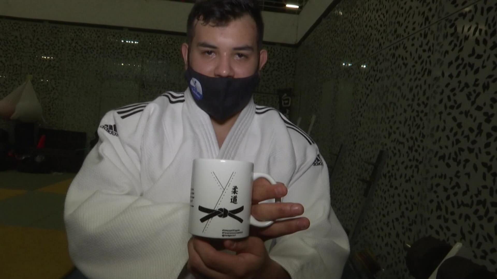 Judoca vende tazas para viajar a competencia