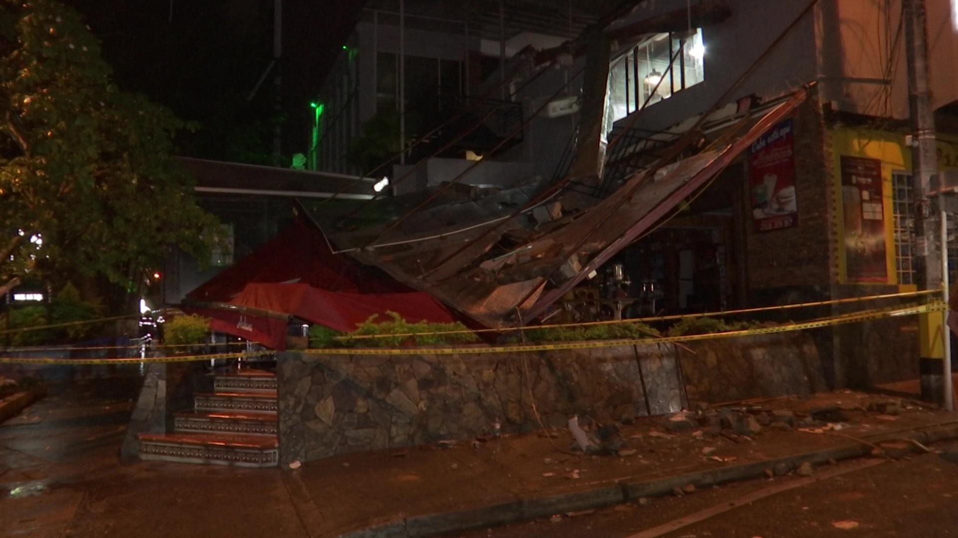 Una mujer herida tras caer de techo de un bar