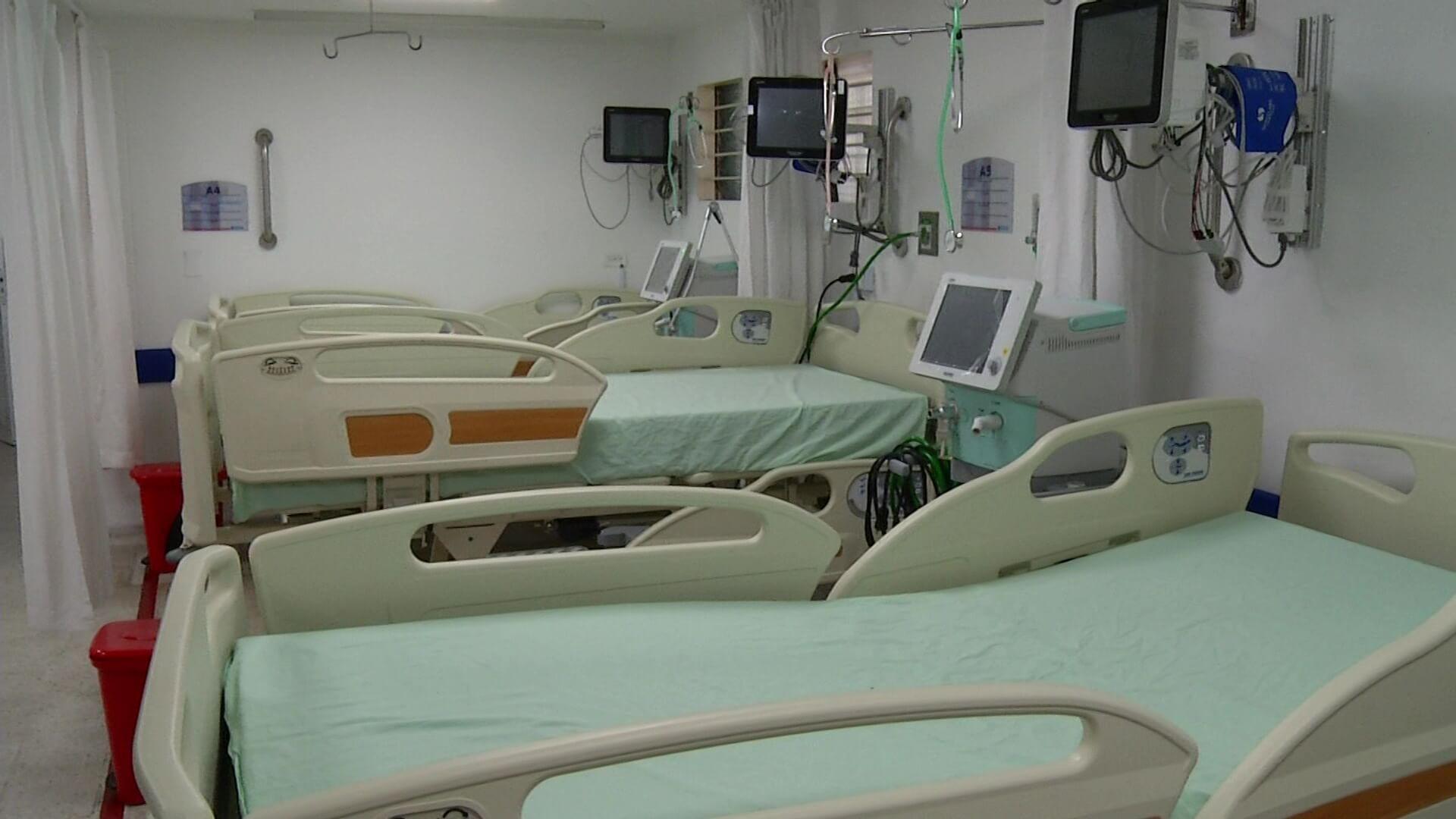 Amplían camas, pero pacientes siguen a la espera de UCI