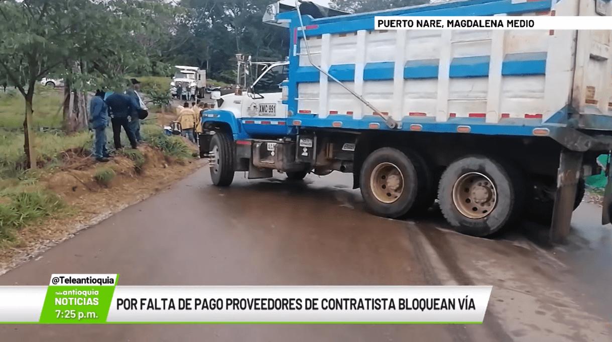 Por falta de pago proveedores de contratista bloquean vía