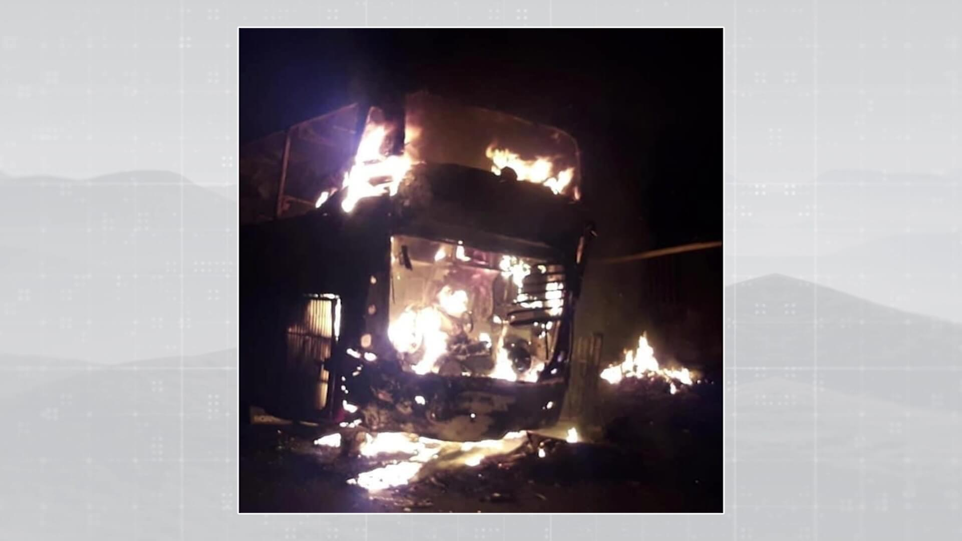 Una menor herida y dos vehículos incinerados