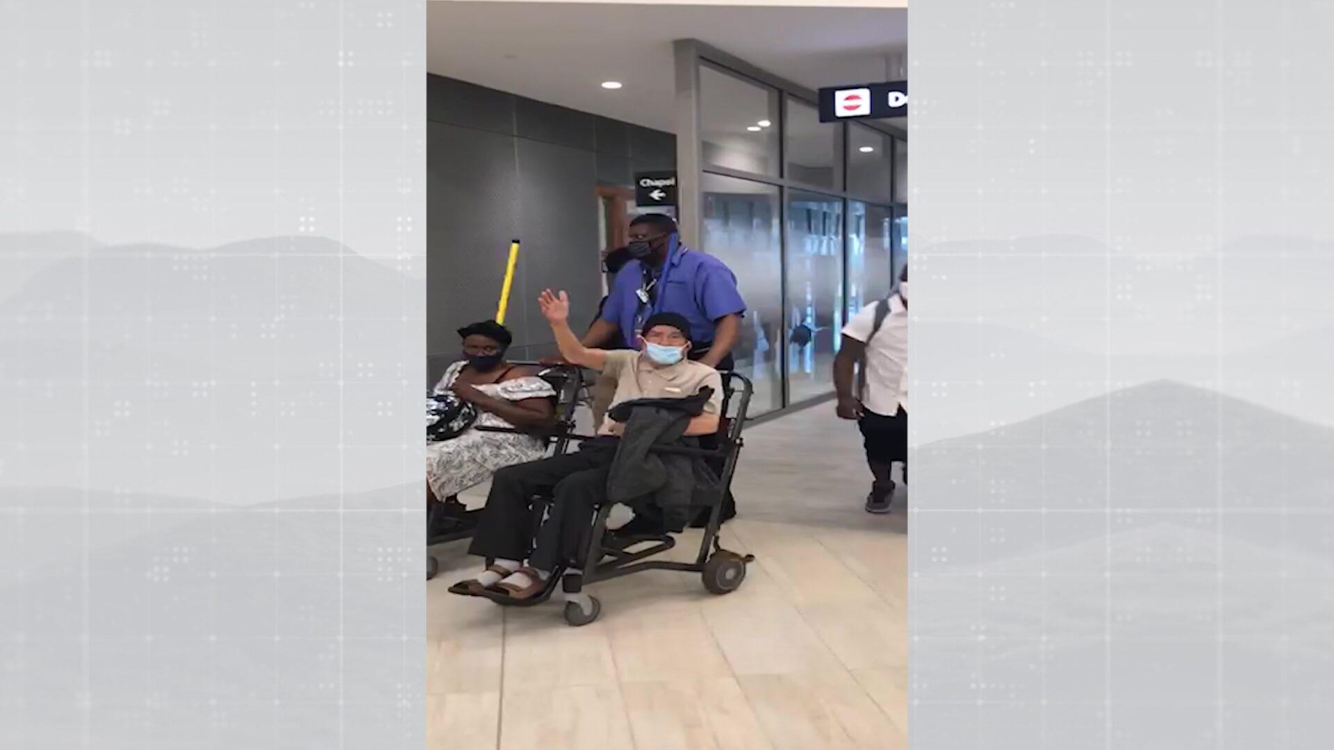 Ya vacunado, adulto mayor de 94 años, logró salir del país