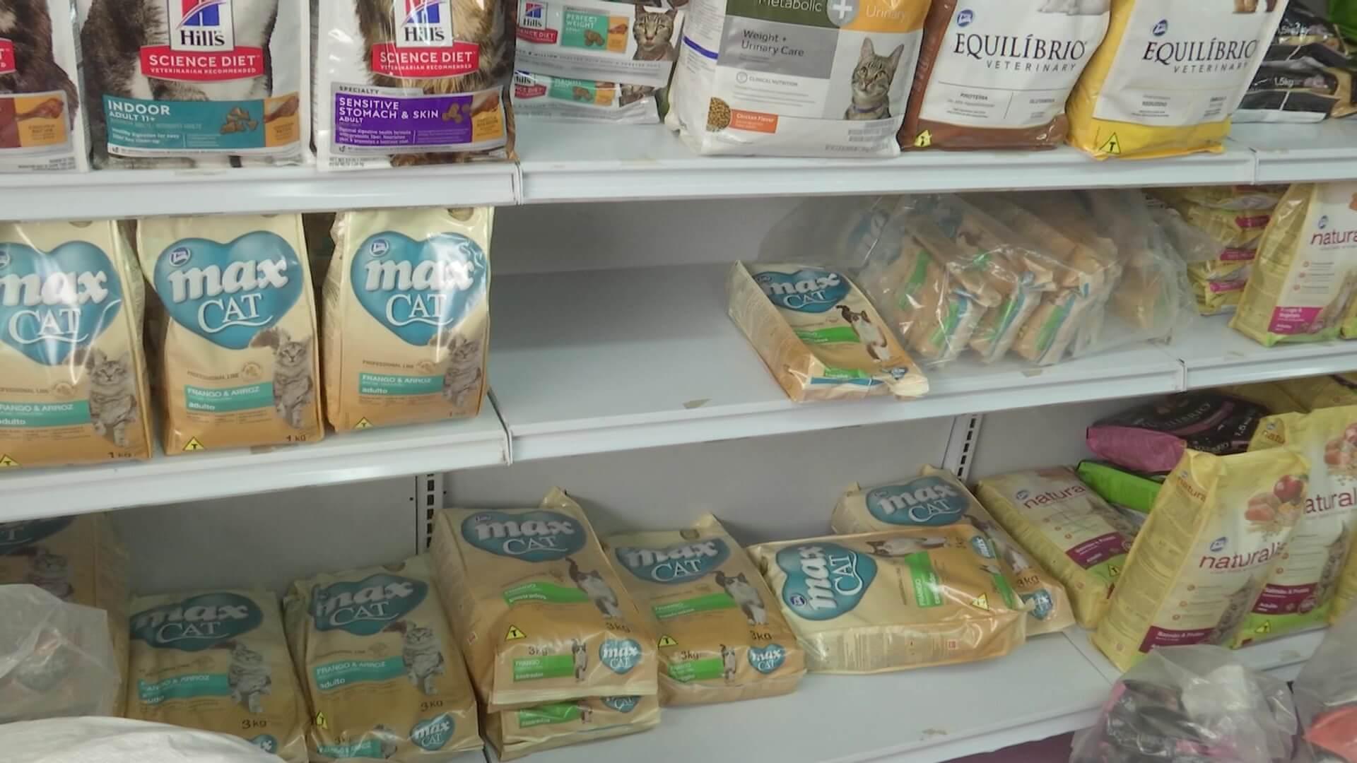 Baja inventario de alimento para perros y gatos