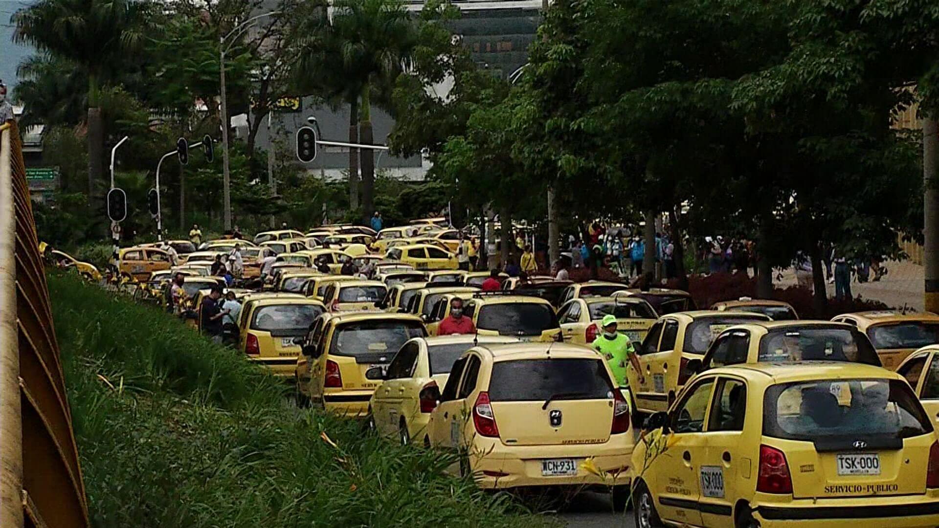Movilidad reducida y caos vehicular por bloqueo de taxistas