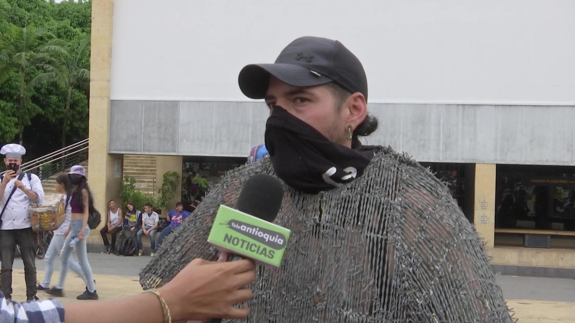 Protestaron con prendas hechas con alambres de púas