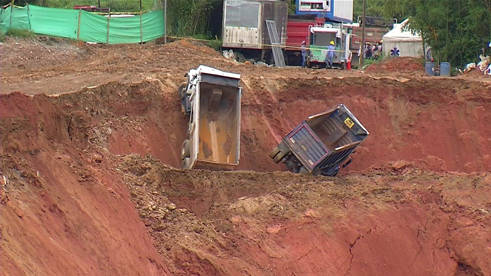 Vigilan cauce del río Medellín tras deslizamiento en relleno
