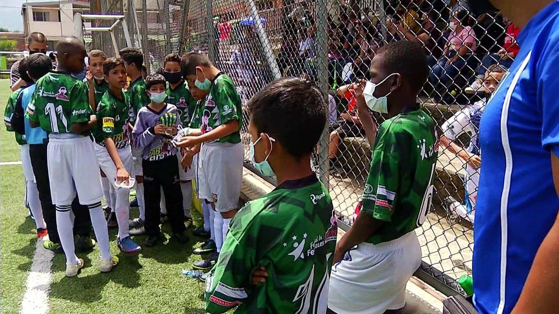 Fiesta de fútbol infantil en el barrio Tricentenario
