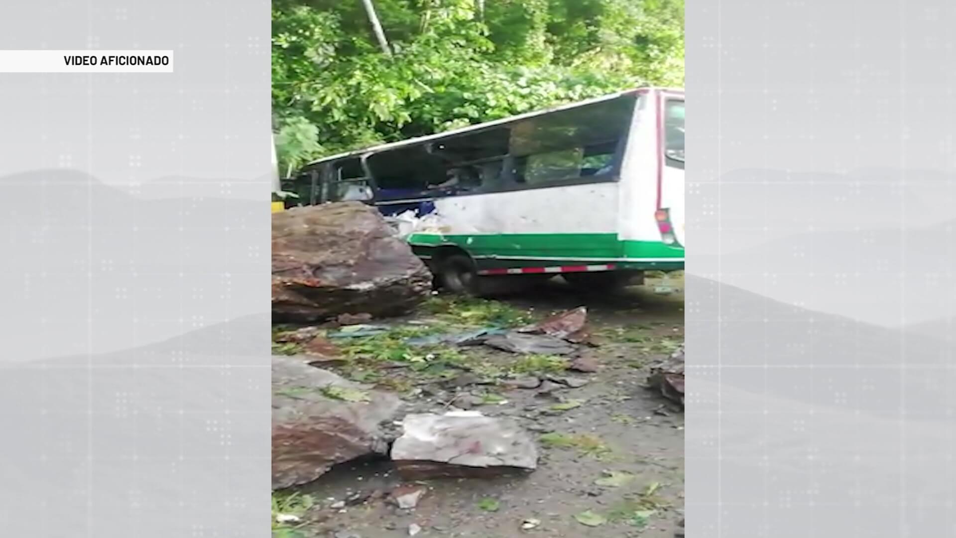 Alud de rocas cayó sobre bus con 18 personas