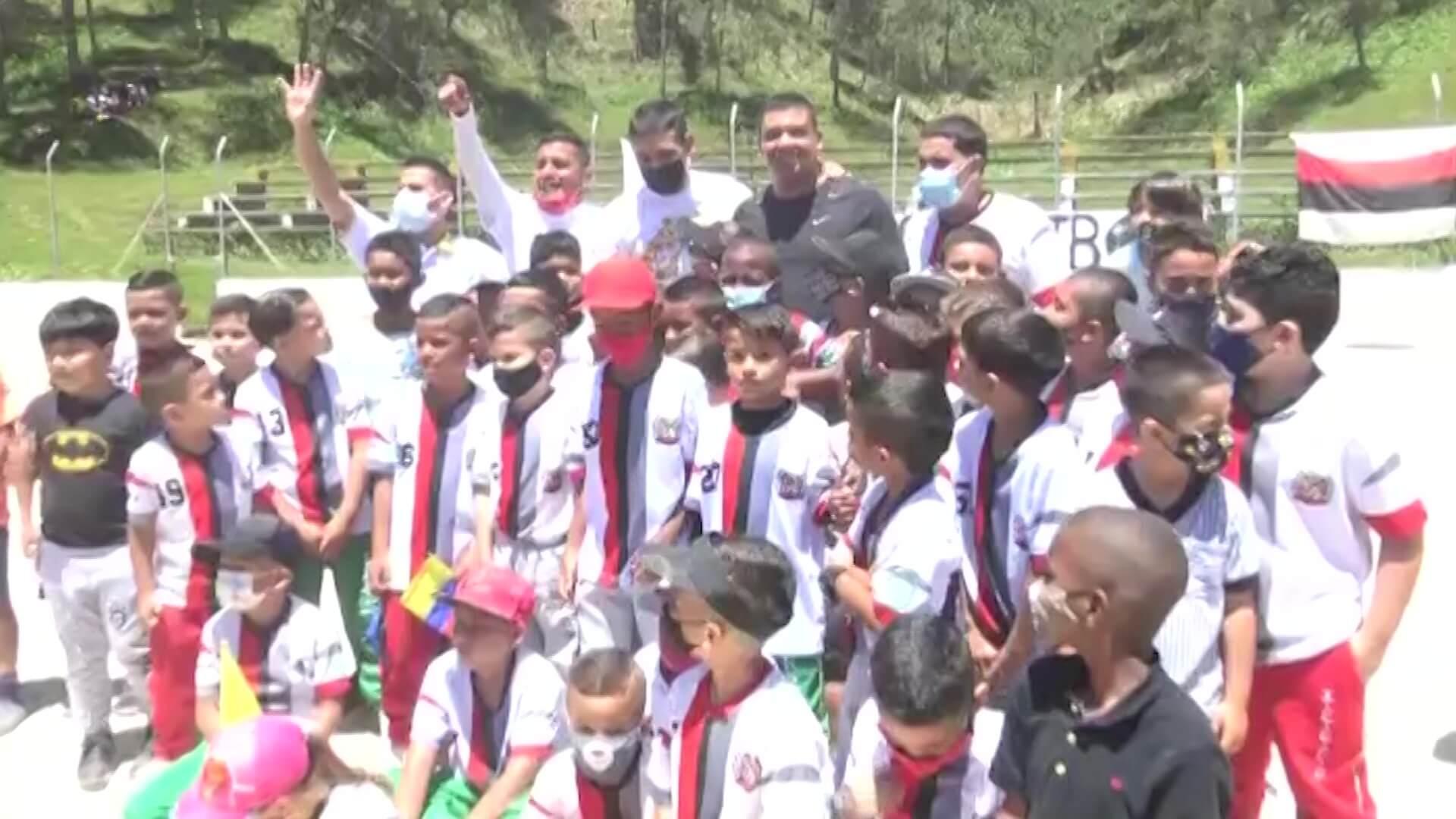 Daniel Muñoz hizo donación a escuela de fútbol
