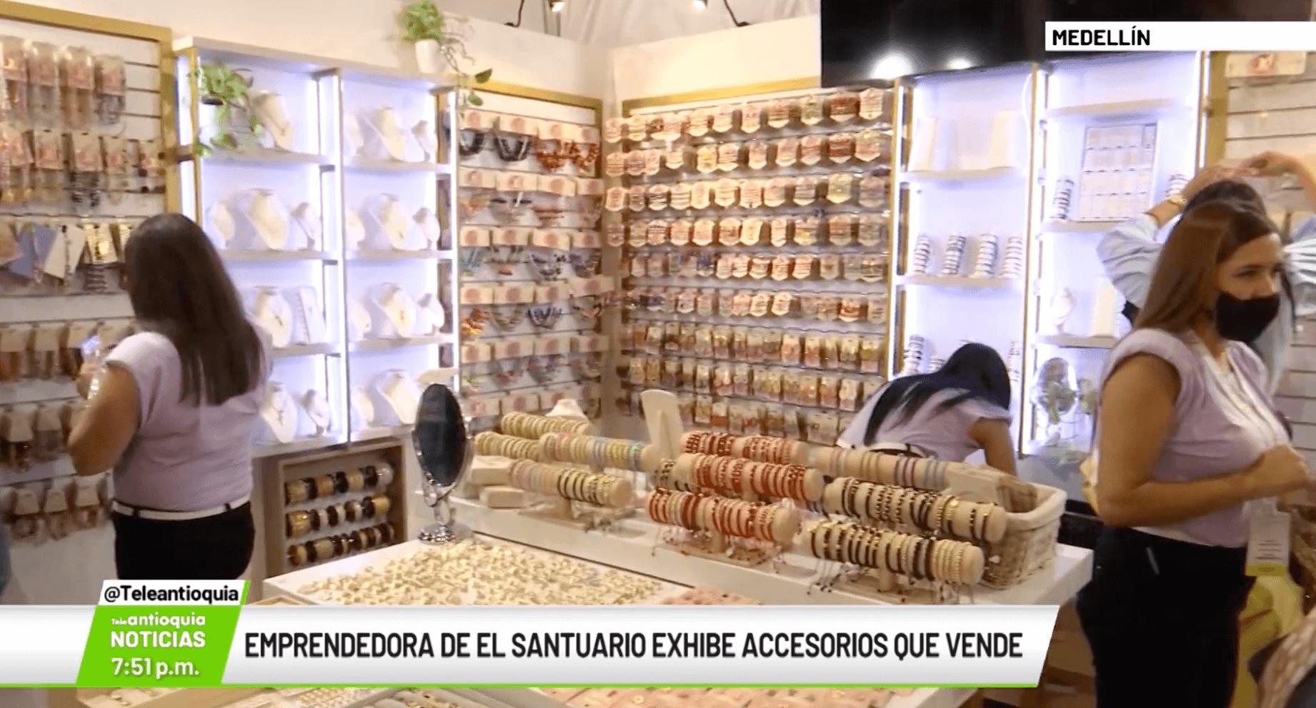 Emprendedora de El Santuario exhibe accesorios que vende