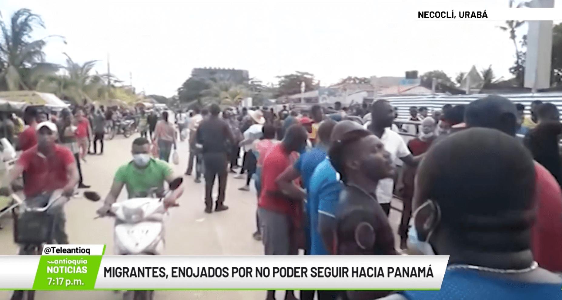 Migrantes enojados por no poder seguir hacia Panamá