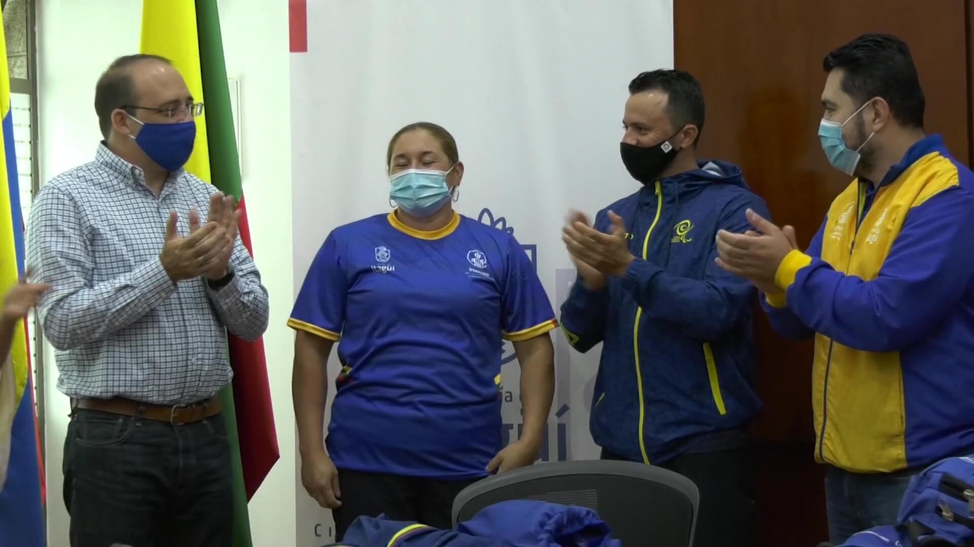 Yesenia Restrepo recibió la bandera de Itagüí