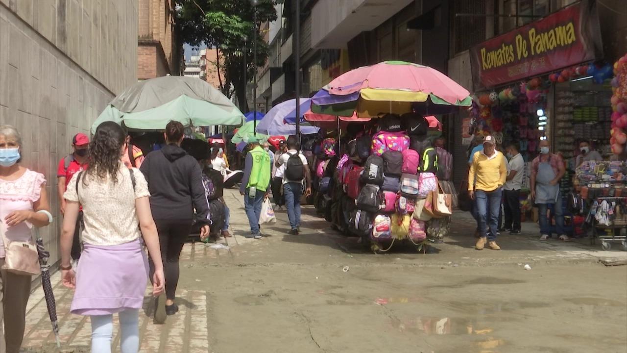 Denuncian ocupación del Parque Berrío con ventas informales
