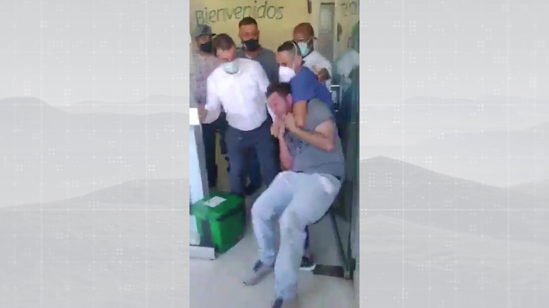 Hombre presuntamente ebrio provocó daños en clínica de Bello