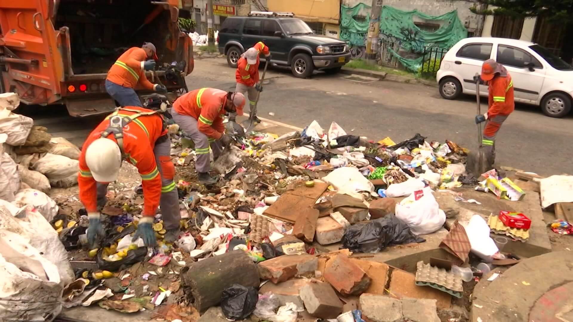 Basuras ocasionan inundaciones en estaciones Metroplús