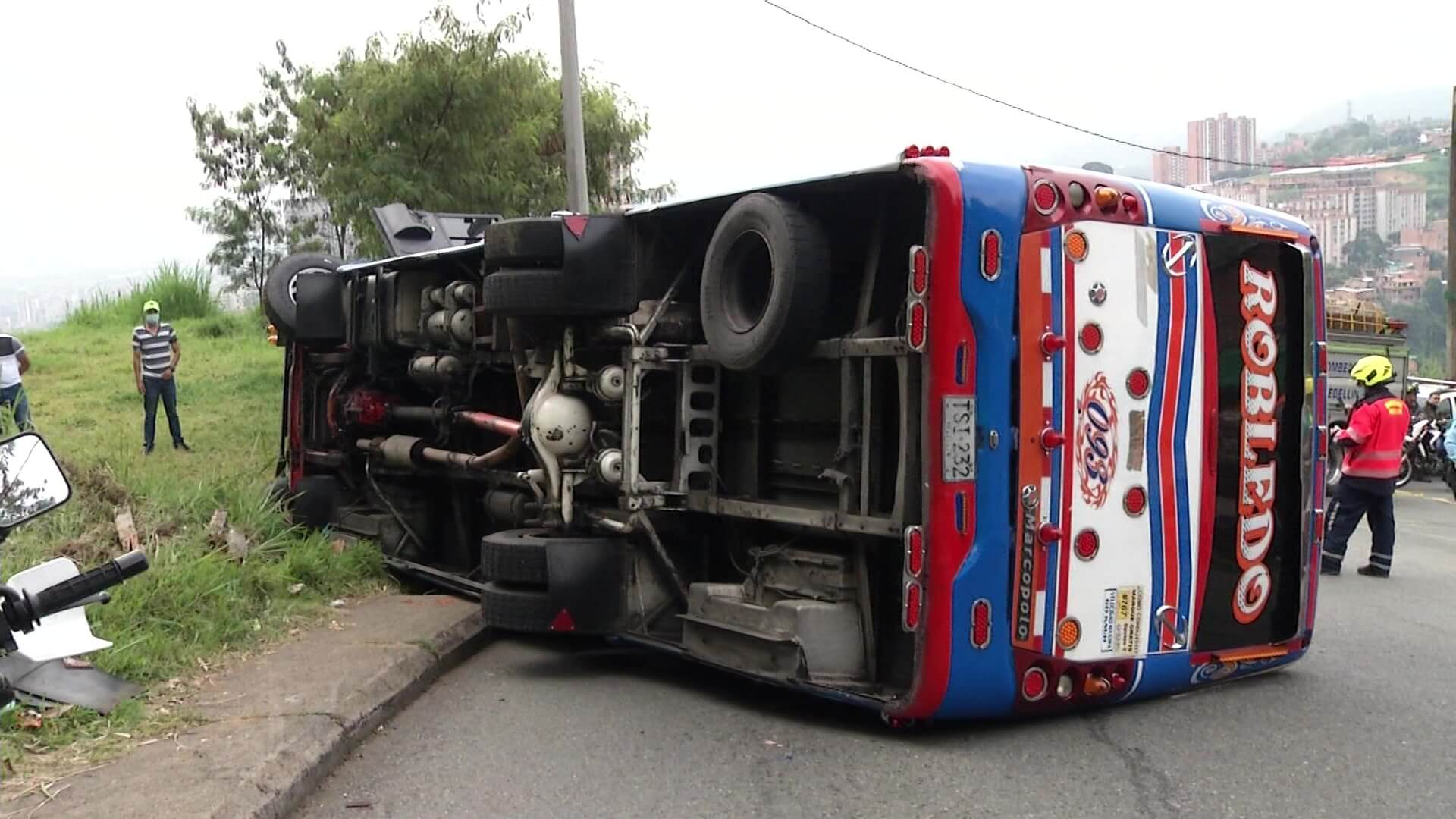 35 lesionados deja volcamiento de bus en Robledo