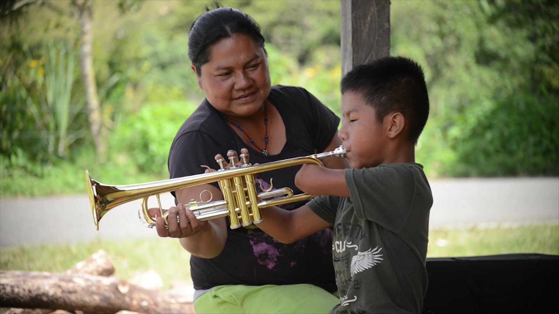 Niño indígena es ejemplo de superación a través de la música
